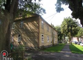 Parduodamas Žaliakalnyje P. Vaičaičio gt. medinis 454 kv.m. namas su 17 arų namų valda!